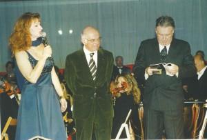 Il giornalista Antonio Lubrano e il critico  musicale Giorgio Gualerzi sul palcoscenico el Palateatro di Oderzo in occasone di Cavalleria Rusticana
